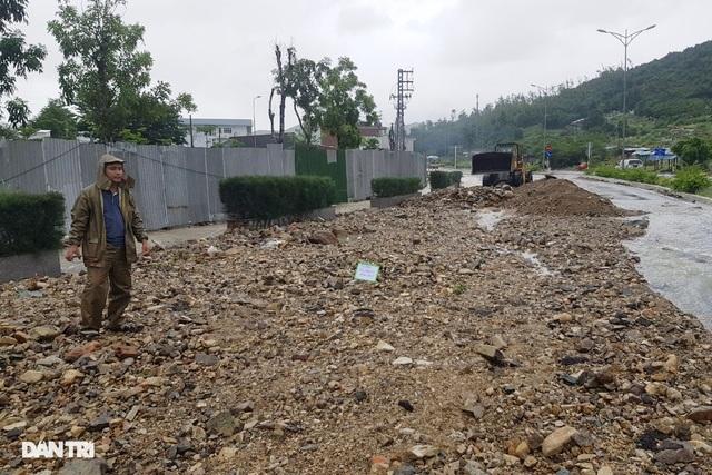 Hàng nghìn m3 đất đá sạt lở chẹn cửa ngõ phía bắc Nha Trang - 2