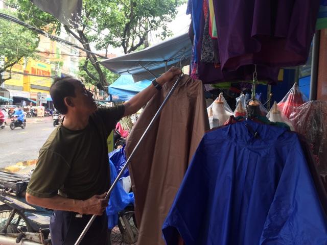 Mưa kéo dài, áo mưa đắt hàng, giá tăng nhẹ - 1