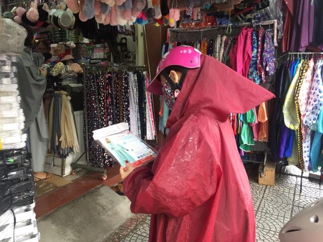 Mưa kéo dài, áo mưa đắt hàng, giá tăng nhẹ - 3
