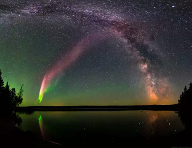 Bầu trời thị trấn Thụy Điển bất ngờ chuyển sang màu tím kỳ lạ trong đêm - 4