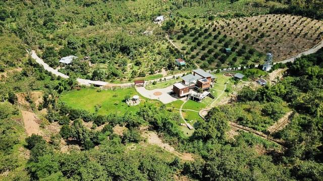 Biệt phủ rộng 10.000m2 nằm lưng chừng núi đẹp mê của cặp vợ chồng Sài Gòn - 1