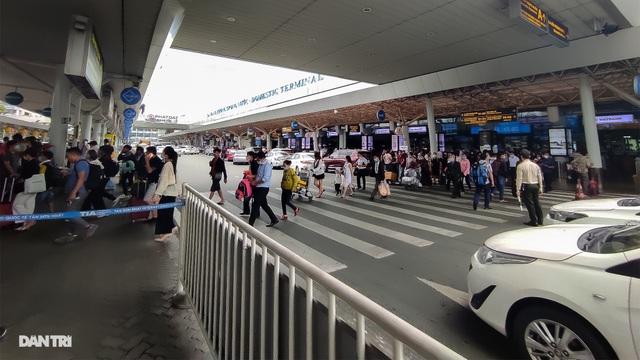 Vất vả chen chân bắt xe ở sân bay Tân Sơn Nhất - 1