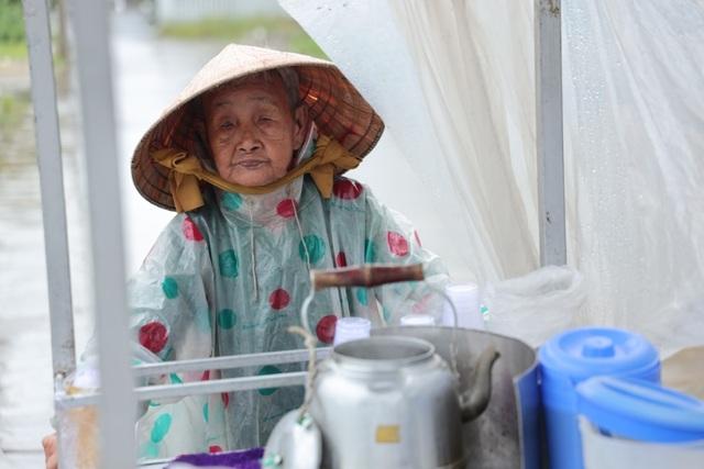 Gánh tàu hũ 30 năm nức tiếng Cà Mau của cụ bà 81 tuổi nuôi 3 cháu - 1