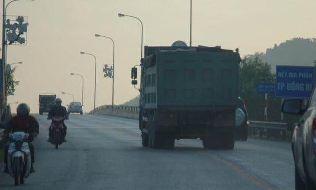 Đoàn xe có dấu hiệu quá tải lại tấn công quốc lộ 18 - 5