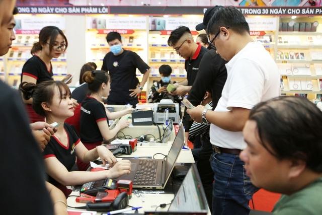 Dân Việt đua nhau đốt tiền mua iPhone 12, cổ phiếu FPT Shop cháy hàng - 1