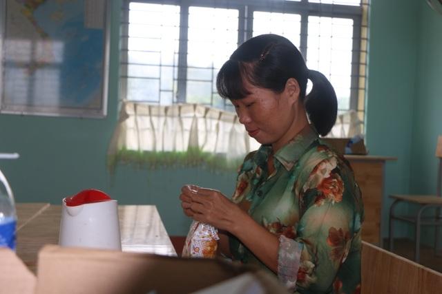 Vàng Thị Chim -cô giáo đầu tiên đến dạy tại cụm dân cư 8 không Đắk RMăng - 8