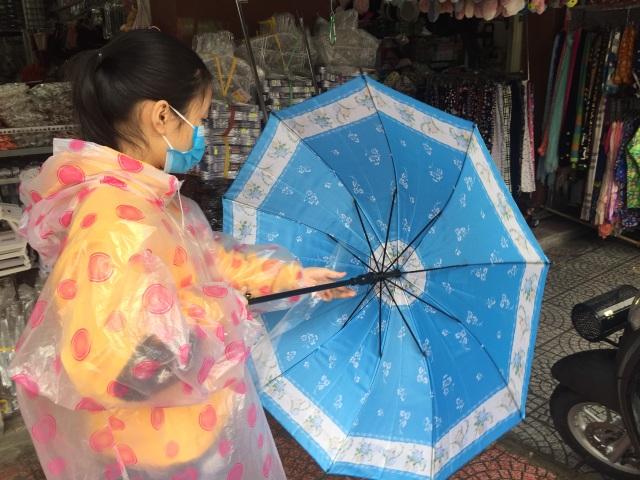Mưa kéo dài, áo mưa đắt hàng, giá tăng nhẹ - 4