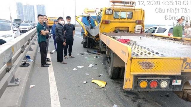 Xe cứu hộ tông xe môi trường trên cầu Nhật Tân, 2 người thương vong - 1