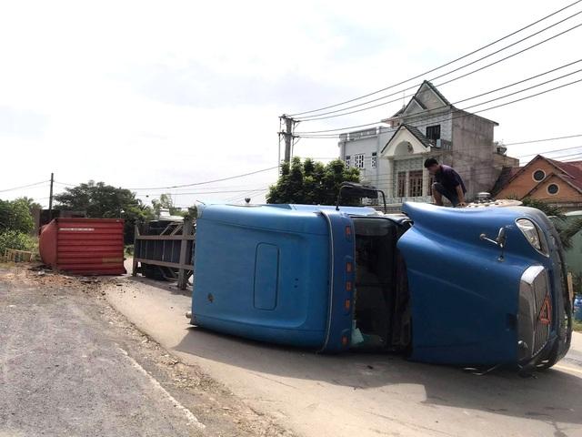 8 cuộn sắt khủng lăn xuống đường đè nát xe máy, nhiều người thoát nạn - 2
