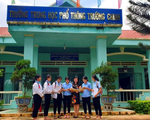 Học sinh lớp 11 dày công thu âm song ngữ giúp trẻ em dân tộc học tiếng Việt - 1