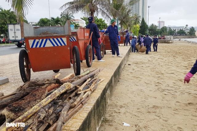 Bãi biển Nha Trang ngập ngụa rác sau mưa lũ - 6