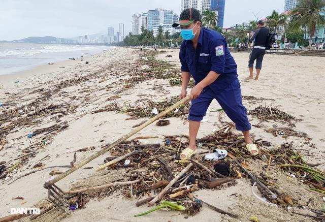 Bãi biển Nha Trang ngập ngụa rác sau mưa lũ - 4