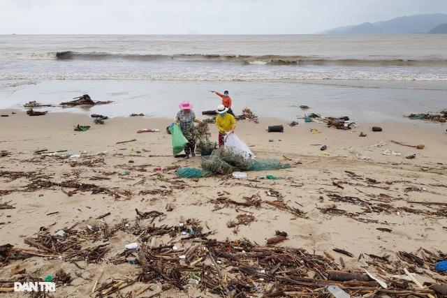 Bãi biển Nha Trang ngập ngụa rác sau mưa lũ - 3