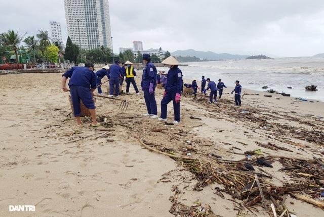 Bãi biển Nha Trang ngập ngụa rác sau mưa lũ - 5