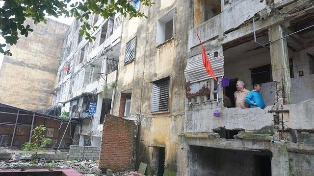Tỉnh thông báo tình trạng nguy hiểm, dân vẫn quyết bám trụ chung cư 40 tuổi - 2