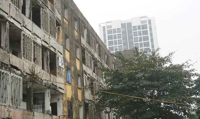 Tỉnh thông báo tình trạng nguy hiểm, dân vẫn quyết bám trụ chung cư 40 tuổi - 6