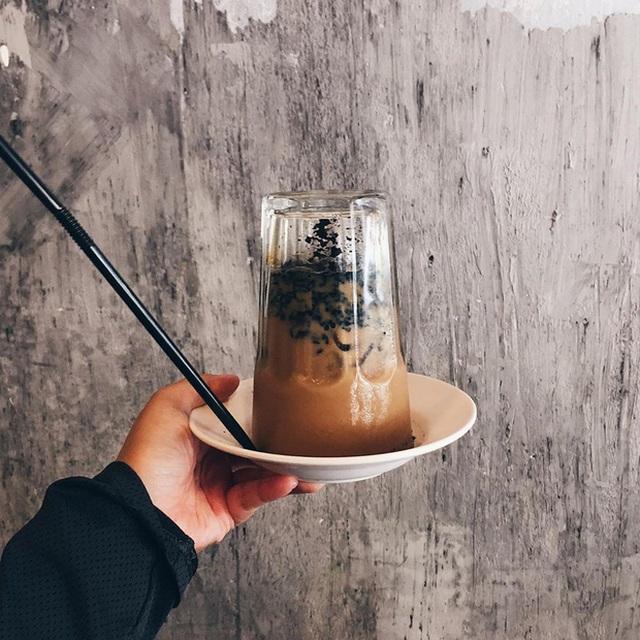 Cà phê úp ngược độc đáo, thực khách muốn thưởng thức phải kiên nhẫn chờ - 1