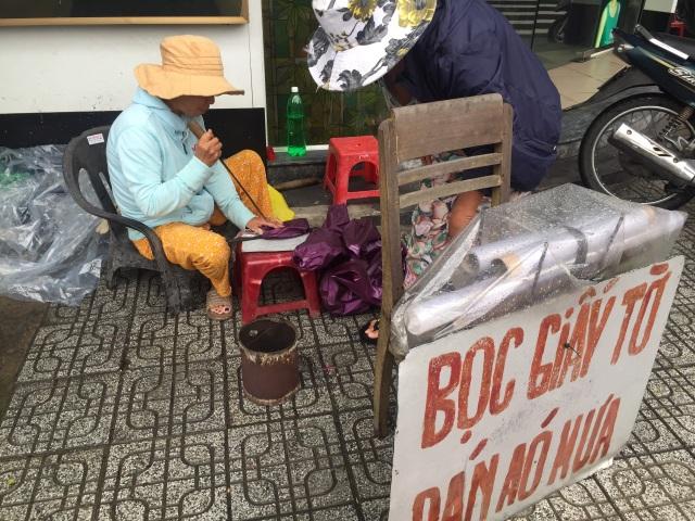 Nghề kiếm tiền nhờ áo mưa rách, một thời thịnh vượng đang dần bị lãng quên - 1