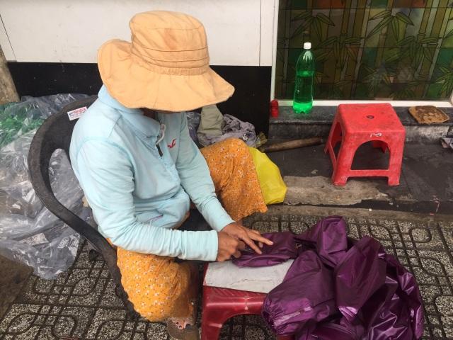 Nghề kiếm tiền nhờ áo mưa rách, một thời thịnh vượng đang dần bị lãng quên - 3