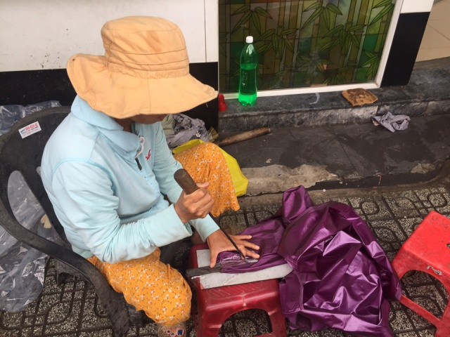 Nghề kiếm tiền nhờ áo mưa rách, một thời thịnh vượng đang dần bị lãng quên - 5