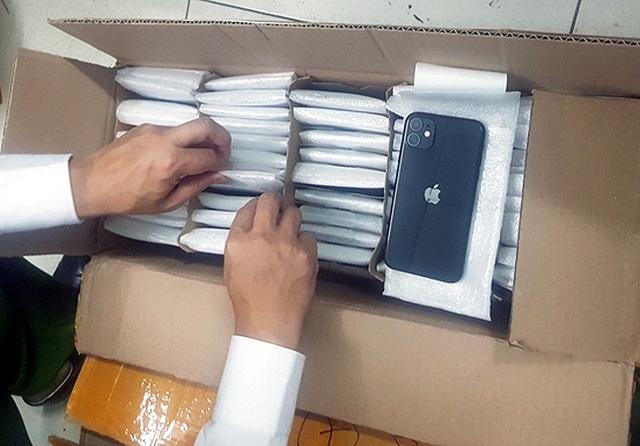Hà Nội: Phát hiện gần 900 chiếc iPhone nghi nhập lậu - 2