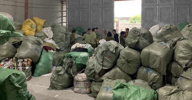 Nhập lậu 28 tấn quần áo sida, tút tát cho mới rồi bán trên Facebook - 1