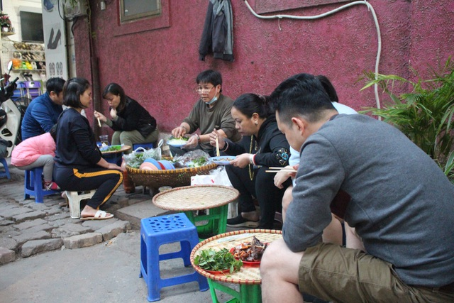 Món nộm vỉa hè có tên độc nhất Hà Nội, công thức được mua bằng cả cây vàng - 8