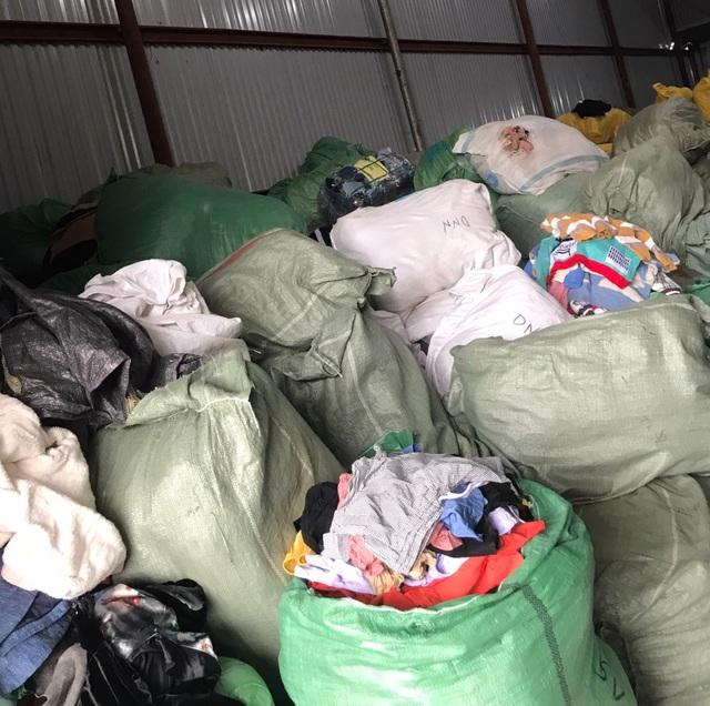 Nhập lậu 28 tấn quần áo sida, tút tát cho mới rồi bán trên Facebook - 2