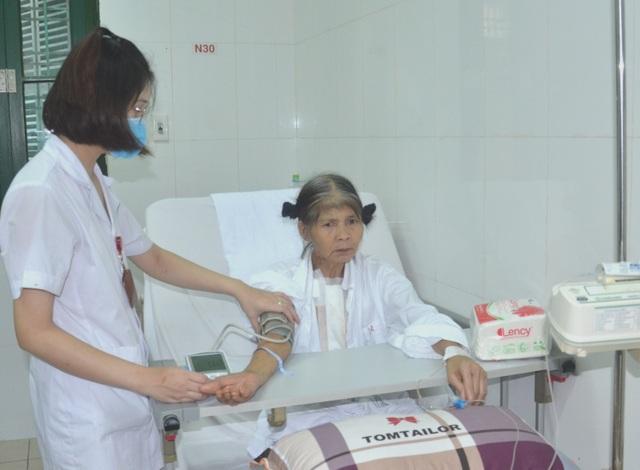Rớt nước mắt cảnh người phụ nữ nghèo nhập viện chỉ có 100 nghìn đồng - 1