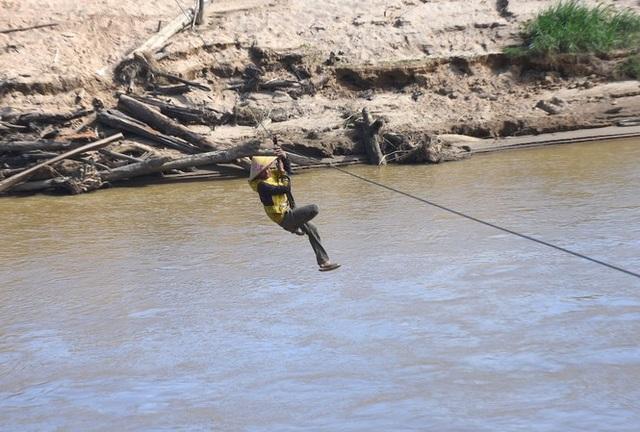 Hãi hùng cảnh người dân vùng cao treo mình qua dòng sông Pô Cô - 2