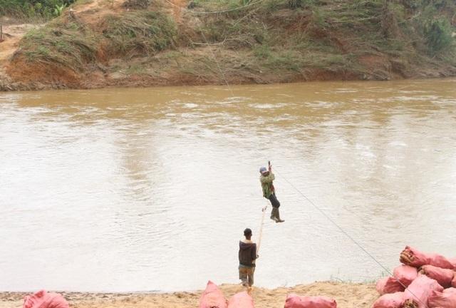 Hãi hùng cảnh người dân vùng cao treo mình qua dòng sông Pô Cô - 1