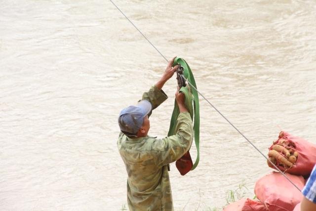 Hãi hùng cảnh người dân vùng cao treo mình qua dòng sông Pô Cô - 3