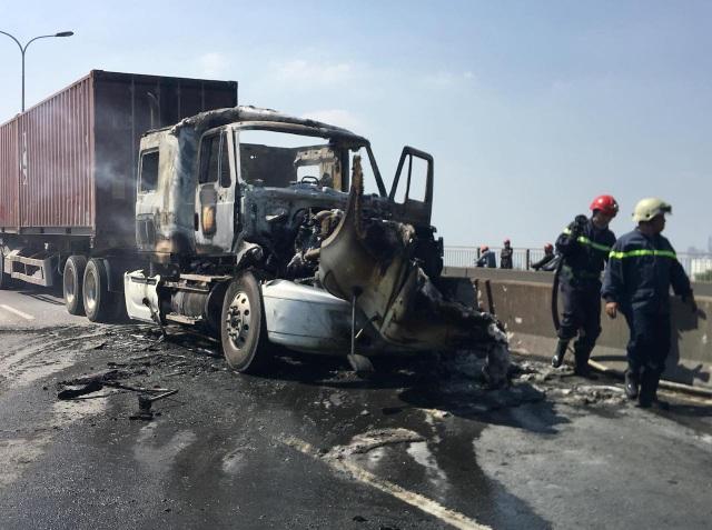 Xe container cháy dữ dội, giao thông cầu Phú Mỹ tê liệt nhiều giờ - 1