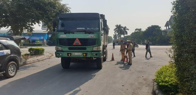 Quảng Ninh: Xe quá tải tấn công QL 18  - 2