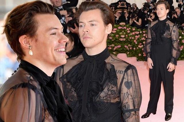 Thành viên One Direction gây sốc khi mặc váy áo phụ nữ - 9