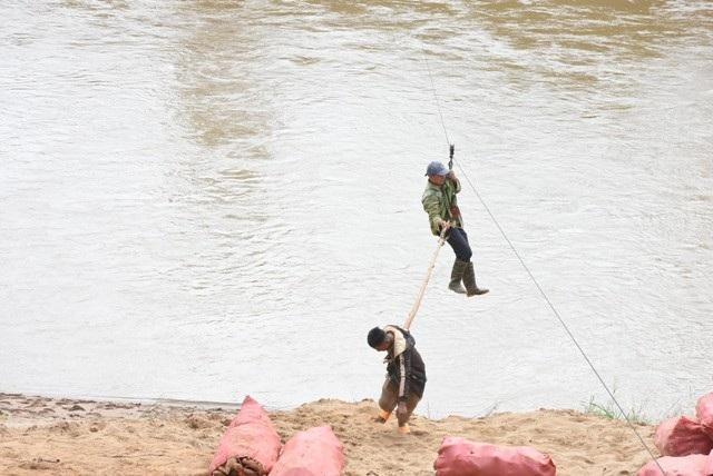 Hãi hùng cảnh người dân vùng cao treo mình qua dòng sông Pô Cô - 5