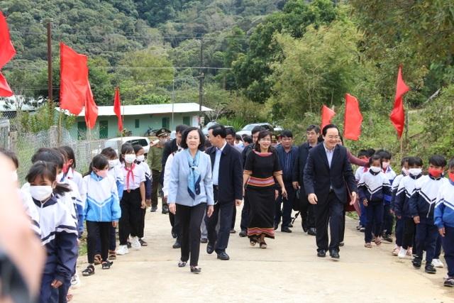 Trưởng ban Dân vận Trung ương, Bộ trưởng Bộ GDĐT thăm các trường ở Kon Tum - 1