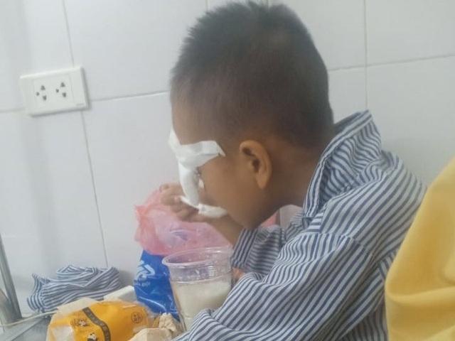 Nghi bị ném bi sắt vào mắt, bé trai lớp 1 phải nhập viện - 1