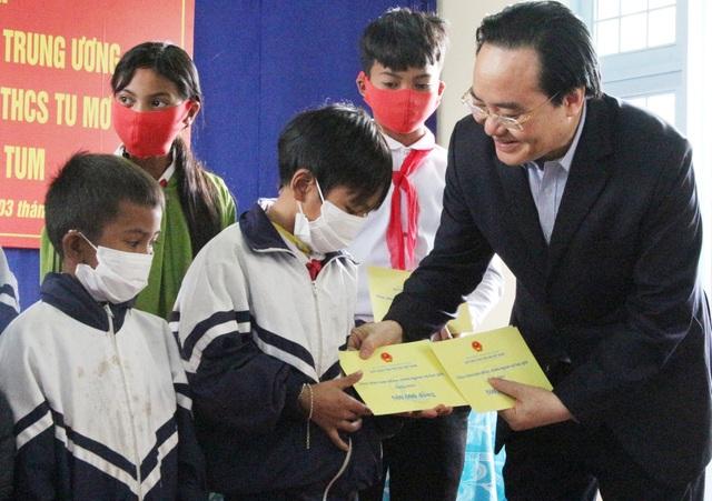 Trưởng ban Dân vận Trung ương, Bộ trưởng Bộ GDĐT thăm các trường ở Kon Tum - 2