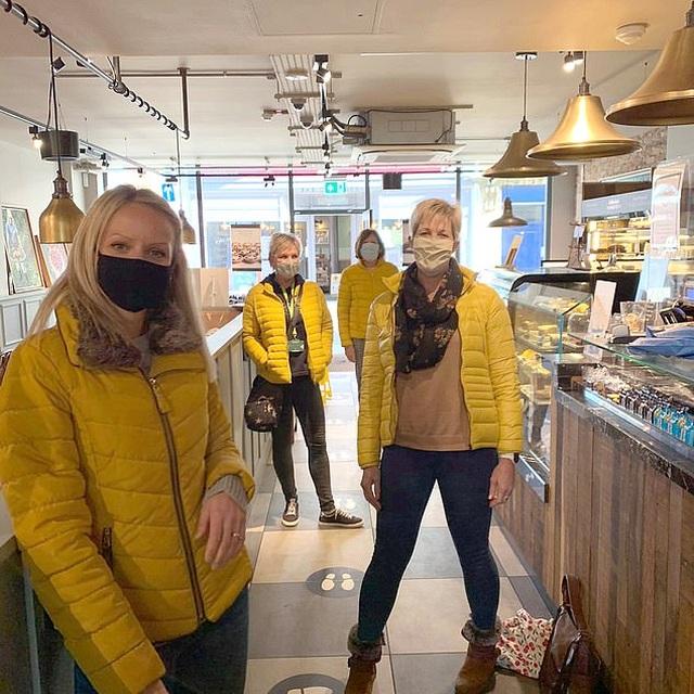 Hình ảnh lạ lùng không tin nổi khi 4 người phụ nữ tình cờ vào quán cà phê - 1
