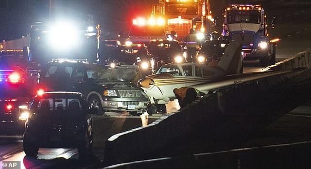 Thót tim cảnh máy bay Mỹ hạ cánh khẩn cấp xuống đường cao tốc - 1