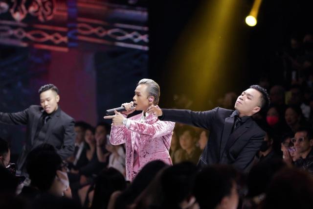Binz bất ngờ xuống khán đài nắm tay Châu Bùi khi đang trình diễn - 4