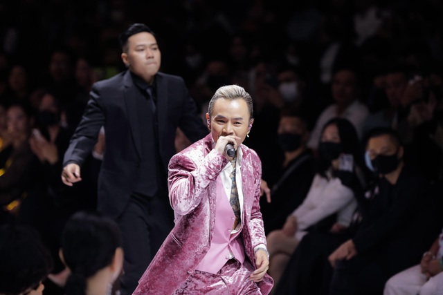 Binz bất ngờ xuống khán đài nắm tay Châu Bùi khi đang trình diễn - 5