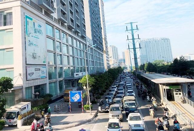 Cận cảnh cao ốc nhấn chìm con đường BT Hà Nội - 2