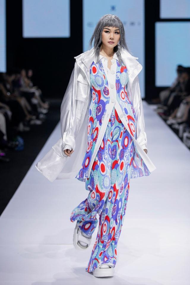 Tân hoa hậu Đỗ Thị Hà lần đầu xuất hiện trên sàn diễn thời trang - 11