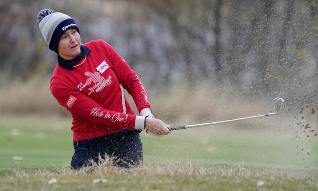 Nữ golf thủ xinh đẹp để lại ấn tượng khi thi đấu dưới thời tiết giá rét - 1