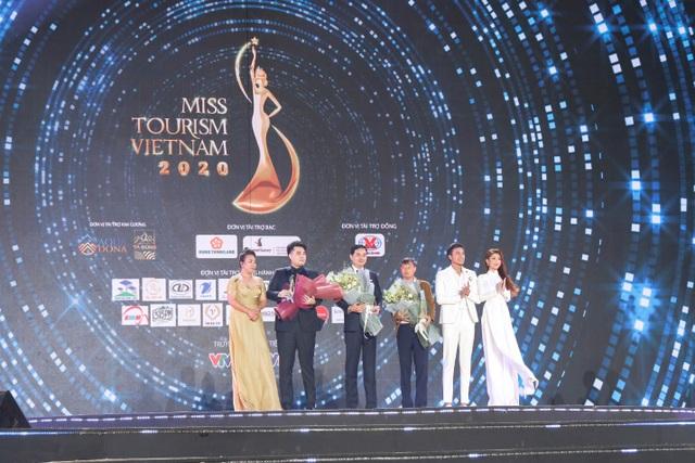 Giám khảo Lâm Ngân gây chú ý tại đêm chung kết Hoa khôi Du lịch Việt Nam 2020 - 3
