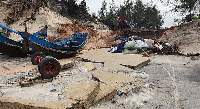 Quảng Bình: Biển gặm sát vào khu dân cư, người dân kêu cứu - 1