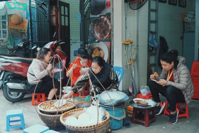 Độc nhất Hà Thành: Bún ốc nguội vừa ăn vừa khóc, 30 năm chỉ bán vỉa hè - 1