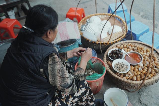 Độc nhất Hà Thành: Bún ốc nguội vừa ăn vừa khóc, 30 năm chỉ bán vỉa hè - 2
